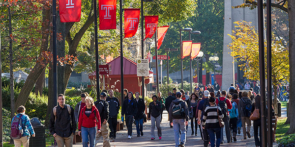 A crowd of students walking through Temple's Main Campus.